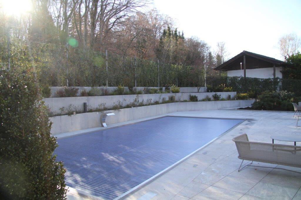 Pool mit Wasserzulauf extern