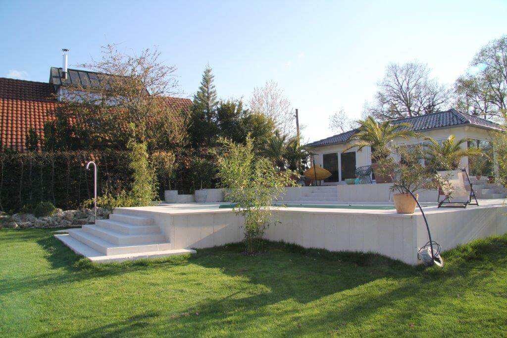 Pool mit grüner Abdeckung